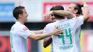 Niklas Moisander (till vänster) firar Werder Bremens tredje mål.