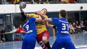 Dickens Filip Söderlund och Max Granlund försöker stoppa Nico Rönnberg i handbollsfinal nummer ett våren 2019.