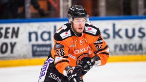 Miro Karjalainen spelar FM-ligahockey i HPK.