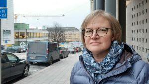 Diakonissa Carita Eklund står på gatan utanför Åbo svenska församling.