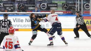 Libor Sulak och Miro Karjalainen i slagsmål.