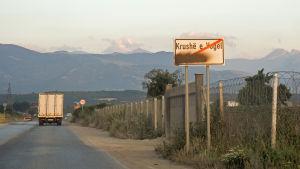 Vägskylt i Kosovo.