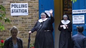 Ett par nunnor lämnar en vallokal i samband med folkomröstningen om Storbritanniens EU-medlemskap.