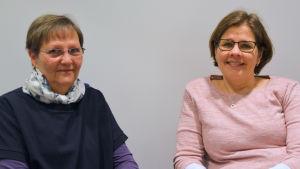 Harriet Ekholm och Sanna nyman sitter bredvid varandra