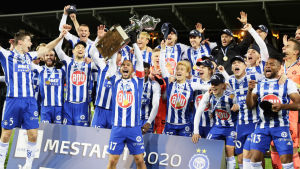 HJK:s spelare jublar över ligaguldet 2020.