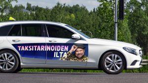 Taksi, jossa on Olli Haapakankaan ohjelmamainos