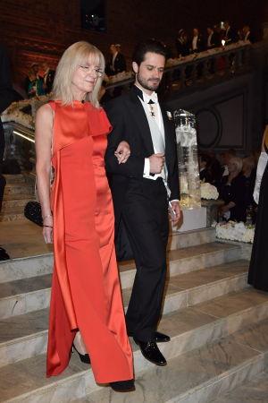 Prins Carl Philip går ned för trappor.