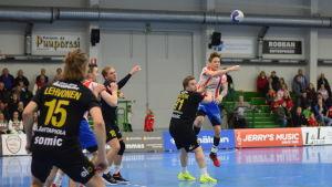 BK:s Jan Rönnberg och ÅIFK:s Andreas Nyström i duell på handbollsplanen.