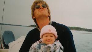 Anna Granström med sin pappa i en motorbåt.