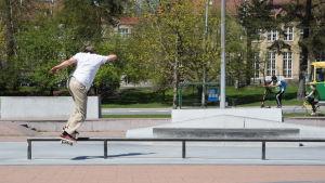 Person åker skateboard.
