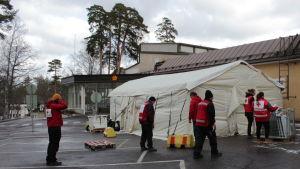 Ett tält byggs utanför ett sjukhus
