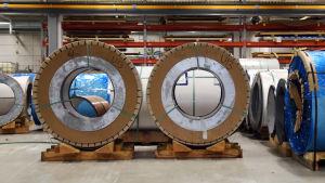En industrilokal där stål förvaras.