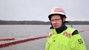 Stig Saarinen på kajkanten vid Fortums hamn där oljan läckte ut.