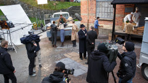 Bild från inspelningarna av Vår tid är nu, säsong 2. En scen med karaktären Gustaf Löwander spelas in på restaurangens bakgård.