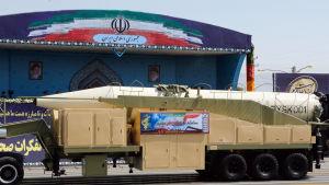 En missil på ett lastbilsflak i Iran.