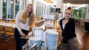 Nelly Lehtinen och Ina Nordström i en skolmatsal.
