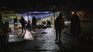 Flyktingläger i Bosnien i nattbelysning