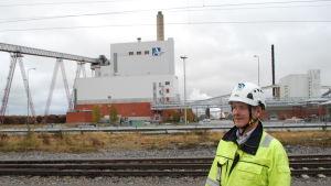 Björn Åkerlund och Alholmens kraftverk i bakgrunden.