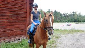 Alexandra Wasström rider vid stallet vid Broby gård.