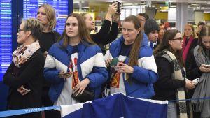 Supportrar samlade på Helsingfors-Vanda flygplats