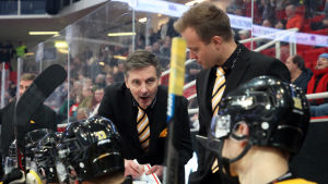 Tero Lehterä och Tuomo Ropo coachar SaiPas spelare.