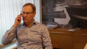 Rabbe Holmberg talar i telefon på sitt kontor