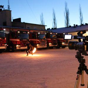 Filming av brandman utanför brandstation.