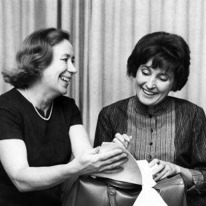 Kirjailija Kirsi Kunnas ja Rauni Ranta vuonna 1966 tv-ohjelmassa Satukaappi.
