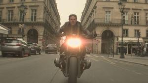 Ethan Hunt (Tom Cruise) kör motorcykel i full fart genom Paris.