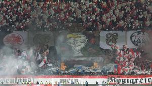 Tyska fotbollsupportrar på läktaren.