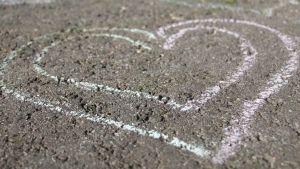 Ett hjärta ritat på en trottoar.