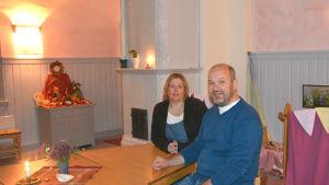 Föreståndare Åsa Gottberg och styrelseordförande Filip Graeffe provsitter barnens stolar.