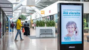 THL:n korona-aiheisia tietoiskuja mainostaulussa kauppakeskus Columbuksessa.