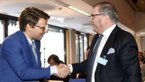 Ville Niinistö gratulerar Ari Lahti.