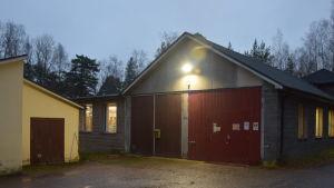 Den stängda postterminalen i Hangö i gryningsljus