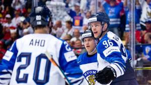 Sebastian Aho, Mikael Granlund och Mikko Rantanen firar ett mål i VM 2018.