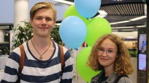 Nuori mies ja nuori nainen Tampereen Metso-kirjastossa.