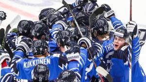 Finland firar efter JVM-segern mot USA.