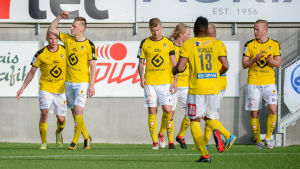 KuPS och Rasmus Karjalainen firar.