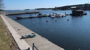 Gästhamnen i Dalsbruk en tidig vårdag.