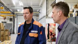 Benny Rahikainen och Christian Juslin står inne i en fabrikshall.
