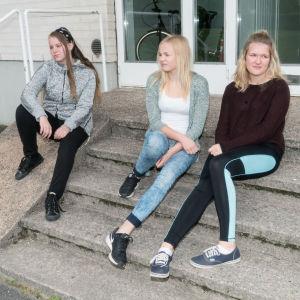 Ungdomsgänget söker sin plats i pjäsen Raseborgs ruiner.