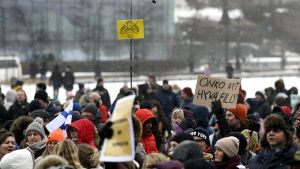 Demonstration mot coronaåtgärder i Helsingfors 20.3.2021.