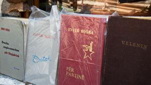 Enver Hoxhas verk säljs i souvenirbutik i Gjirokaster.