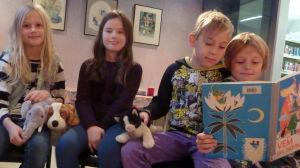 Sandra, Anniela, Noah och William gillar att läsa.