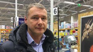 Tarmo Noop, VD för Estlands största bryggeri A. Le Coq, står i en alkoholbutik