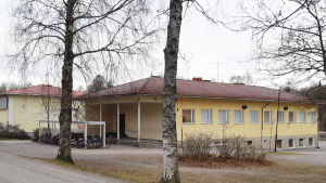 gul skolbyggnad.