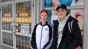 Niilo Pylkkänen & Otto Manninen bland de sista kunderna i K-market Hindhår 27.10.17