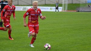 Thomas Kula håller bollen för FF Jaro mot Gnistan.