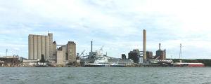 Nådendals kraftverk med isbrytaren Kontio förtöjd vid kajen framför.